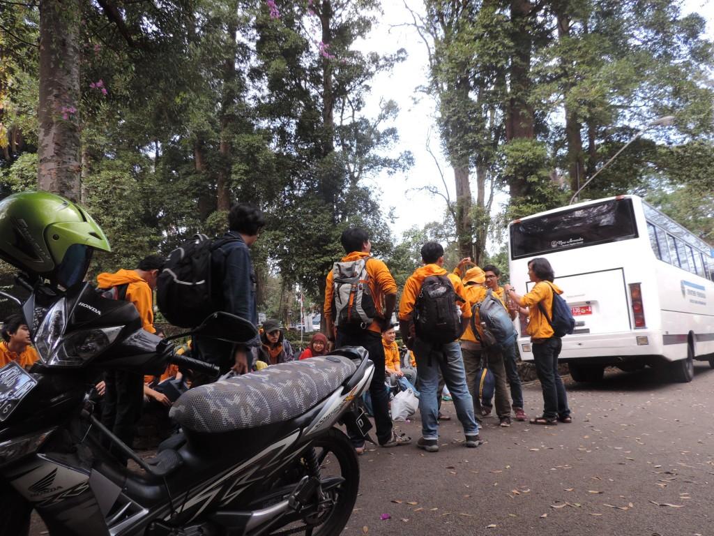 Rombongan berangkat dari kampus ITB sore 11 Agustus 2015 dengan bus ITB dan kendaraan pribadi