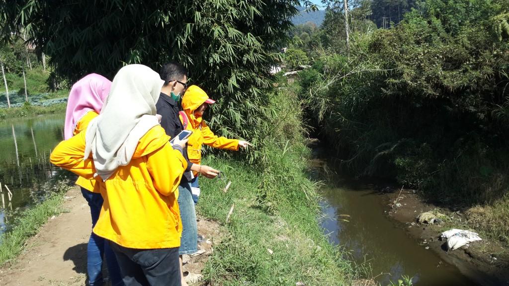 Melakukan pengamatan sungai meliputi kecepatan aliran, intensitas sampah, dll.