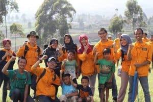 Sesi berfoto massa GEA dengan penduduk Desa Tarumajaya
