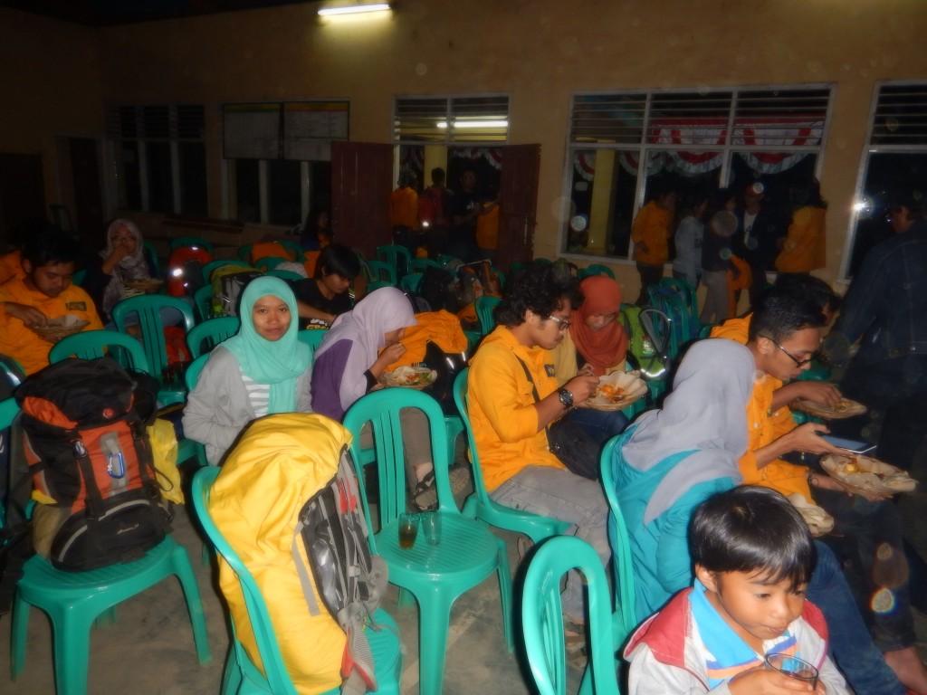 Sampai di Tarumajaya di malam hari, menghadiri pembukaan acara Geohumanism dan makan malam bersama warga di Balai Desa.