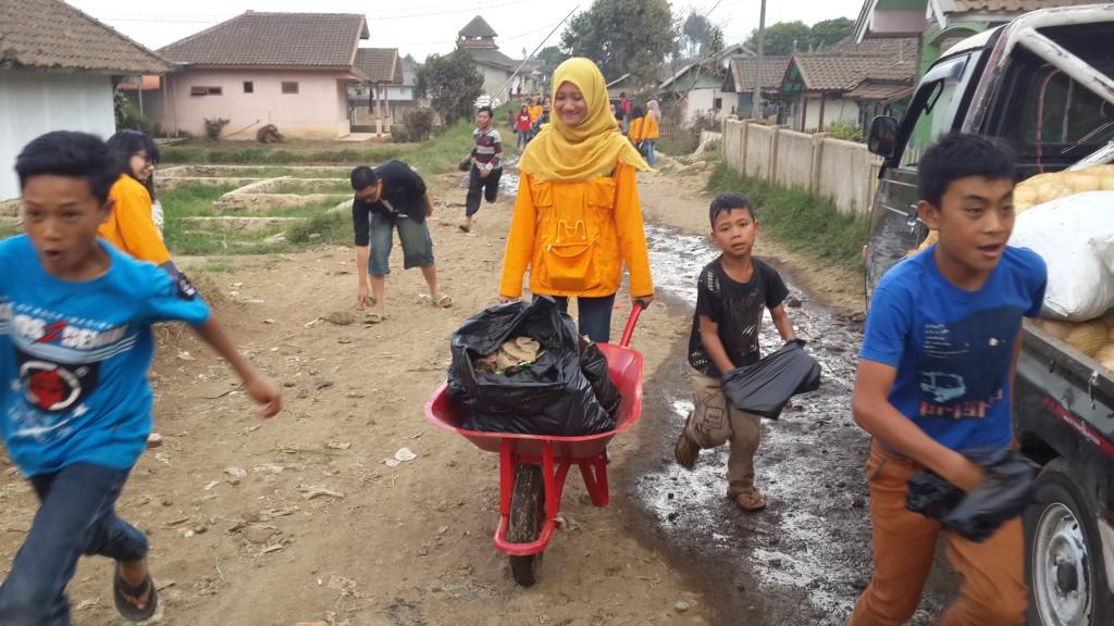 sampah yang telah dipilah-pilah diangkut ke tempat pembuangan sampah