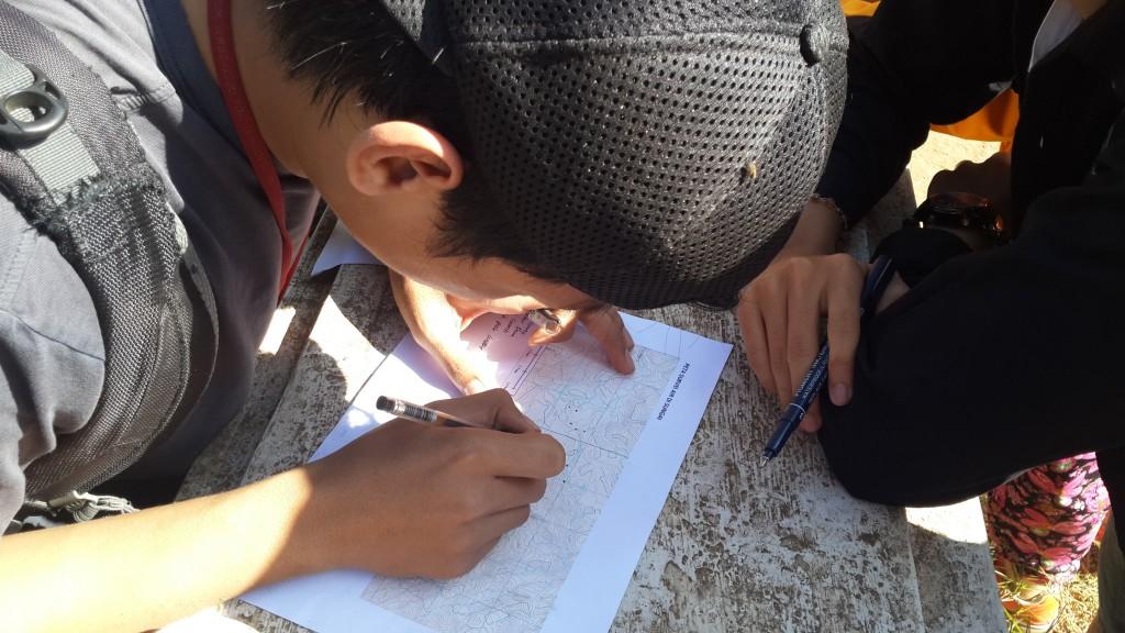Salah satu ketua kelompok survey DAS merencanakan perjalanan ke titik-titik pengukuran di anak-anak S. Citarum